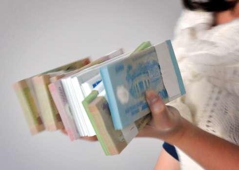 Nhân viên ngân hàng chóng mặt vì đổi tiền Tết